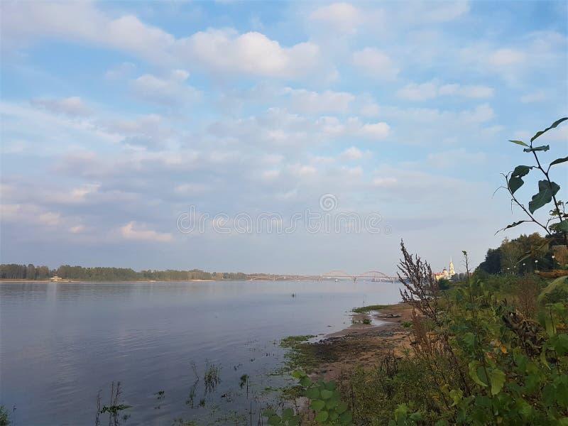 Volga brug en dijk over Volga rivier bij zonsondergang, Yaroslavl-de stad van het gebied, Rybinsk, Rusland Mooi landschap met wat royalty-vrije stock foto