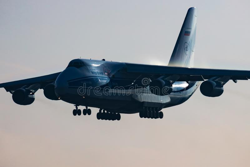 Volga-Dnepr Airlines Antonov An-124 Ruslan RA-82077 Frachtflugzeug Ankunft und Landung am Flughafen Budapest stockbild