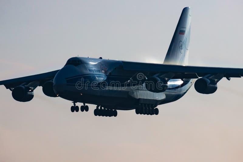 Volga-Dnepr Airlines Antonov An-124 Ruslan RA-82077, vrachtvliegtuig aankomst en landing op de luchthaven van Boedapest stock afbeelding