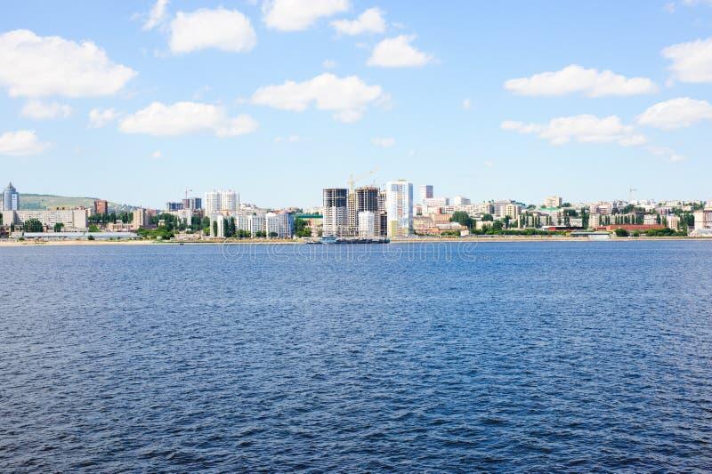 Volga River invallning i den Saratov staden, Ryssland arkivfoton