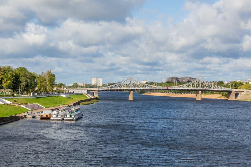Volga River nära Tver, Ryssland Den gamla Volga bron på horisonten Nöjepassagerarefartyg på pir royaltyfri fotografi