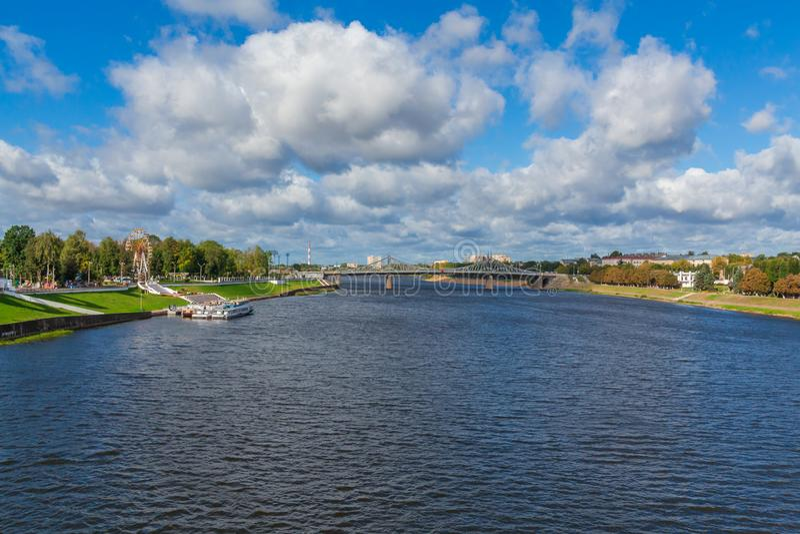 Volga River nära Tver, Ryssland Den gamla Volga bron på horisonten Nöjepassagerarefartyg på pir arkivfoton