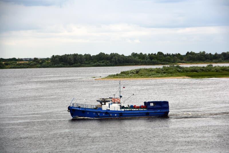 Volga rzeka w Nizhny Novgorod, Rosja Rejs łódź żegluje na rzece fotografia stock