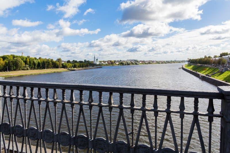Volgaet River i Tver, Ryssland kan den blåa bron för gruppen höger sida för morgon en för stadsoklarhetsdnipropetrovsk fleecy lju royaltyfria bilder