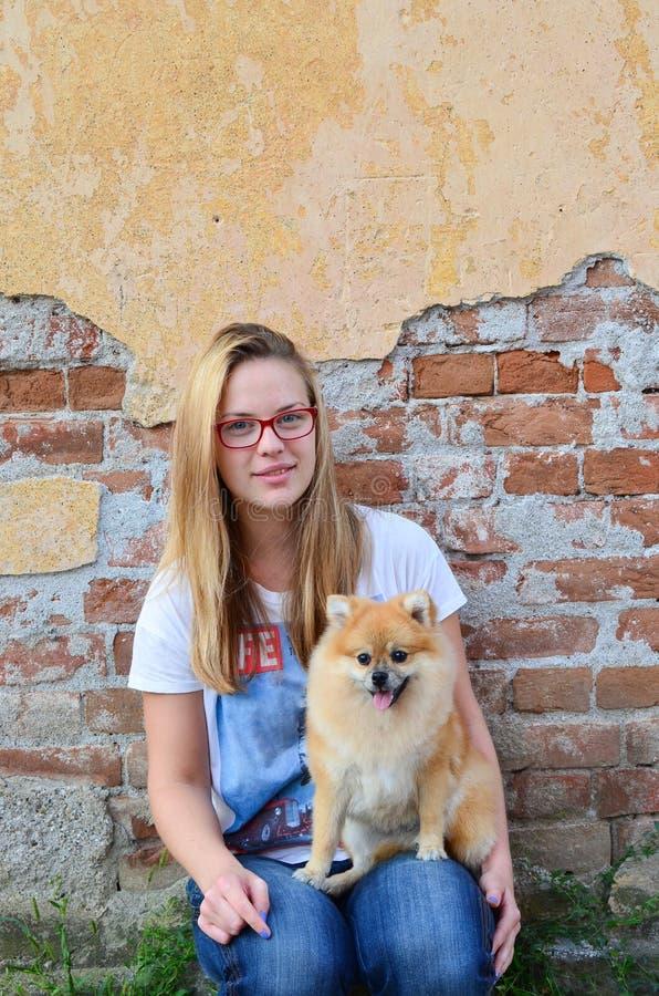 Volgende deurmeisje en haar huisdier stock foto
