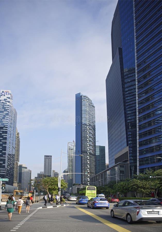 Volgens de Centrale Boulevard bewegende auto's en de voetgangers royalty-vrije stock fotografie