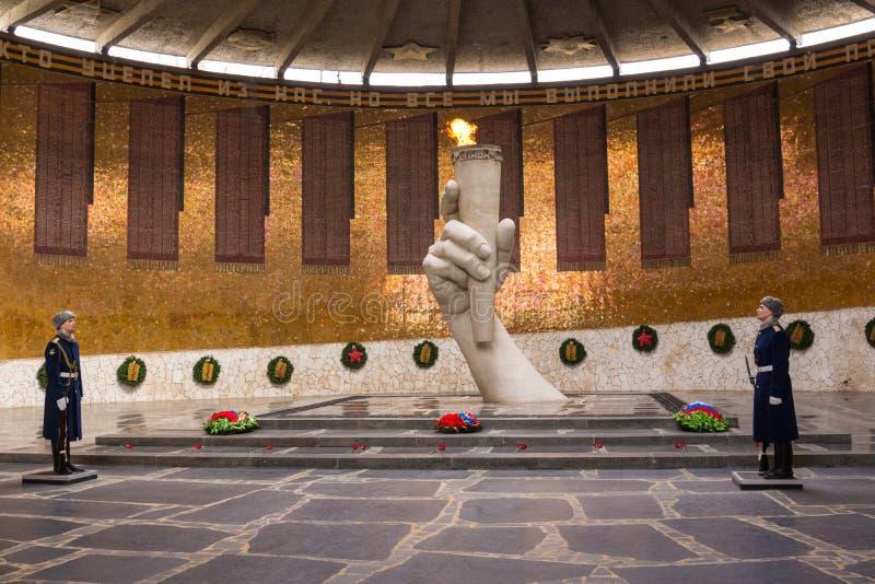 volgograd La Russia 1° aprile Una guardia di onore alla fiamma eterna nel panteon di Glory Battle degli eroi di Stalingrad su Mam fotografia stock