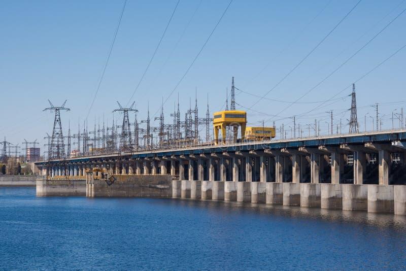volgograd Rússia - 16 de abril de 2017 A represa da central elétrica hidroelétrico de Volga sem descarga da água foto de stock