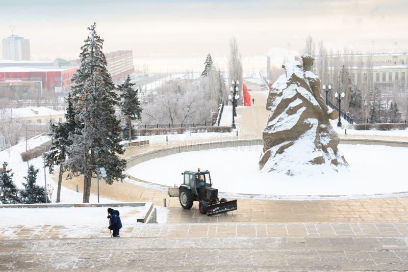 volgograd Rússia - 3 de fevereiro de 2019 Remoção de neve no complexo memorável em Mamayev Kurgan em Volgograd, escultor Yevgeny imagens de stock royalty free