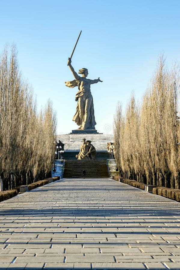 VOLGOGRAD, RÚSSIA - 15 DE JANEIRO DE 2018: O monumento à pátria da segunda guerra mundial está chamando o monte de Mamayev imagem de stock