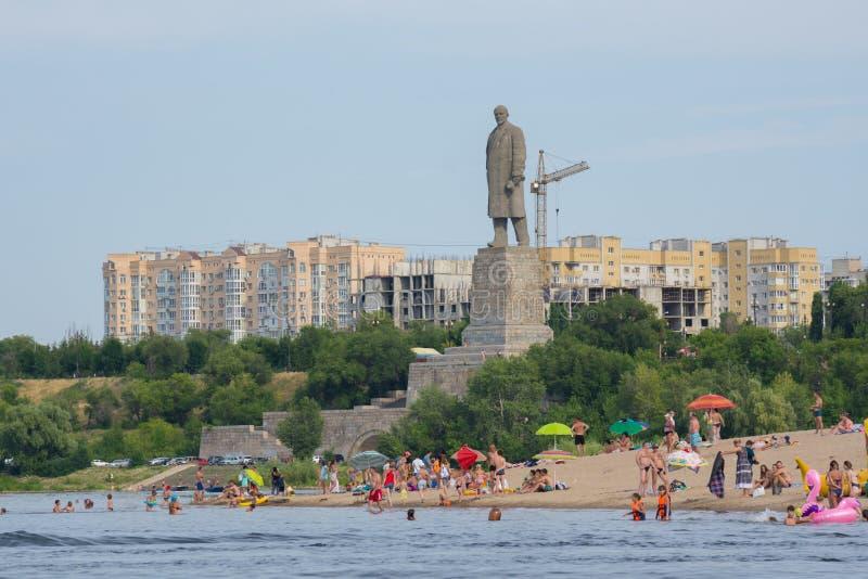 volgograd Rússia - 21 de julho de 2019 Praia da cidade no fundo do monumento a Lenin no distrito de Krasnoarmeysky do imagem de stock