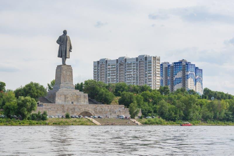 volgograd Rússia - 21 de julho de 2019 A vista do monumento o mais alto a Lenin na entrada ao canal de transporte de Volga-Don no foto de stock royalty free