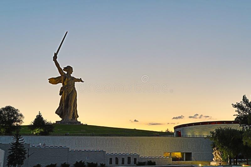Volgograd, Rússia - 11 de julho de 2018: A vista na estátua nomeada a pátria chama Mamayev Kurgan em Volgograd fotografia de stock