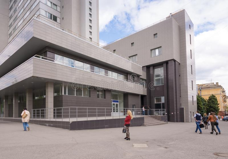volgograd Rússia - 11 de maio de 2017 A construção da construção nova da universidade técnica do estado de Volgograd na área cent imagens de stock
