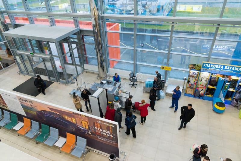 Volgograd, Rússia - 4 de novembro 2016 Os passageiros passam a verificação na entrada ao aeroporto Vista de acima imagens de stock royalty free