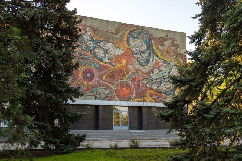 volgograd R?ssia - 4 de maio de 2019 Painel do mosaico na planta da gestão de planta foto de stock royalty free