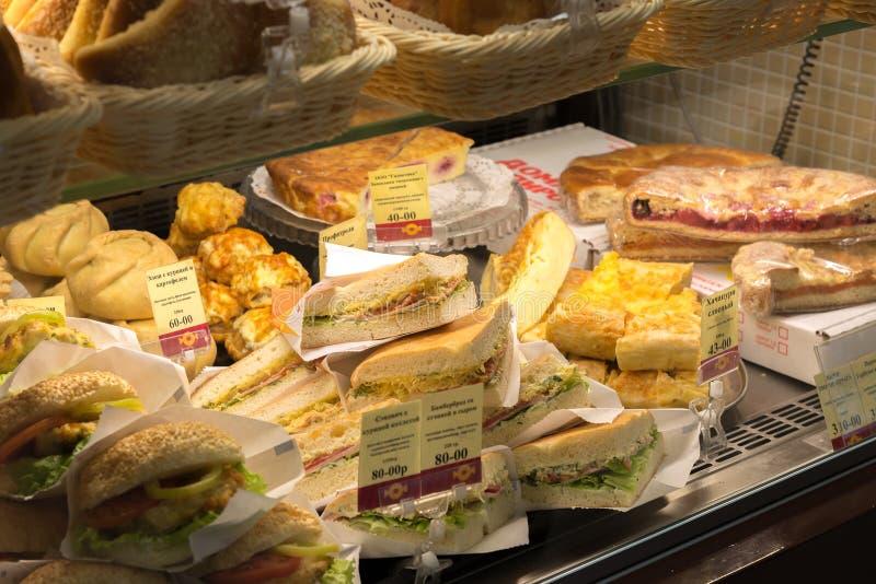 Volgograd Rosja, Listopad, - 02 2016 Sprzedaż kanapki w cukierkach i Bagel to jest popularnej sieci kawiarnią zdjęcia stock