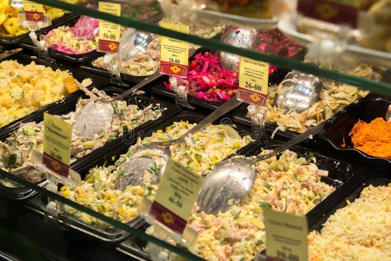Volgograd Rosja, Listopad, - 02 2016 sprzedaż sałatki w cukierkach i Bagel to jest popularnej sieci kawiarnią zdjęcie royalty free