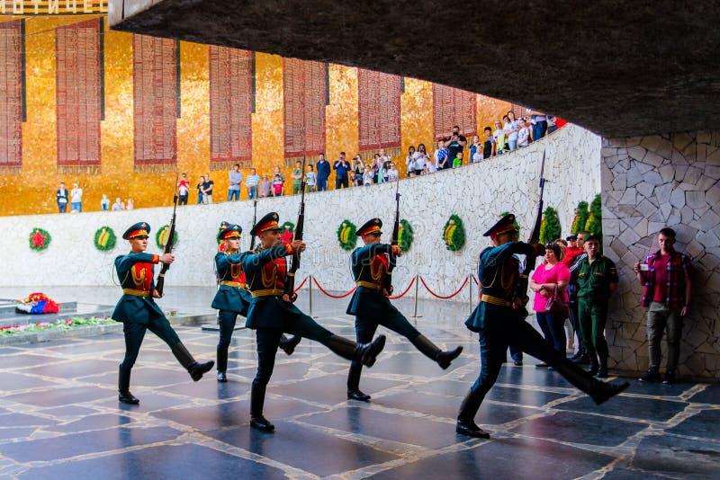 Volgograd Rosja, Maj, - 26, 2019: Zmiana żołnierza strażnik w Hall Militarna chwała W centre sala jest rzeźba ręka zdjęcia royalty free