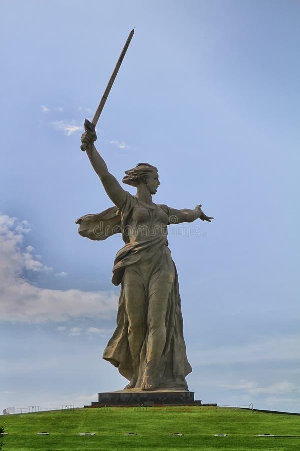 VOLGOGRAD, RUSSIA - 3 maggio 2017: La patria chiama la statua a Volgograd Stalingrad fotografie stock libere da diritti
