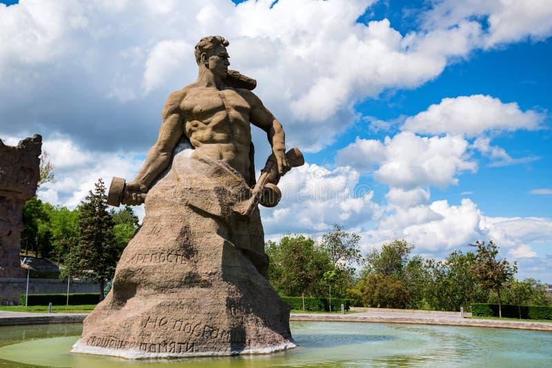 VOLGOGRAD, RUSSIA - 26 MAGGIO 2019: Supporto al monumento di morte su Mamayev Kurgan fotografie stock libere da diritti