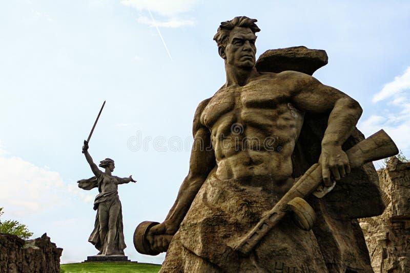 VOLGOGRAD, RUSSIA - 3 maggio 2017: Volgograd Russia può 2017 - scultura di un soldato sovietico fotografia stock libera da diritti