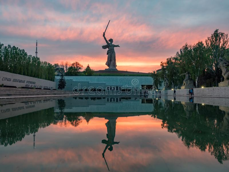Volgograd, Russie - mai, 6, 2019 Vue de la m?re patrie de statue au coucher du soleil color? photo libre de droits