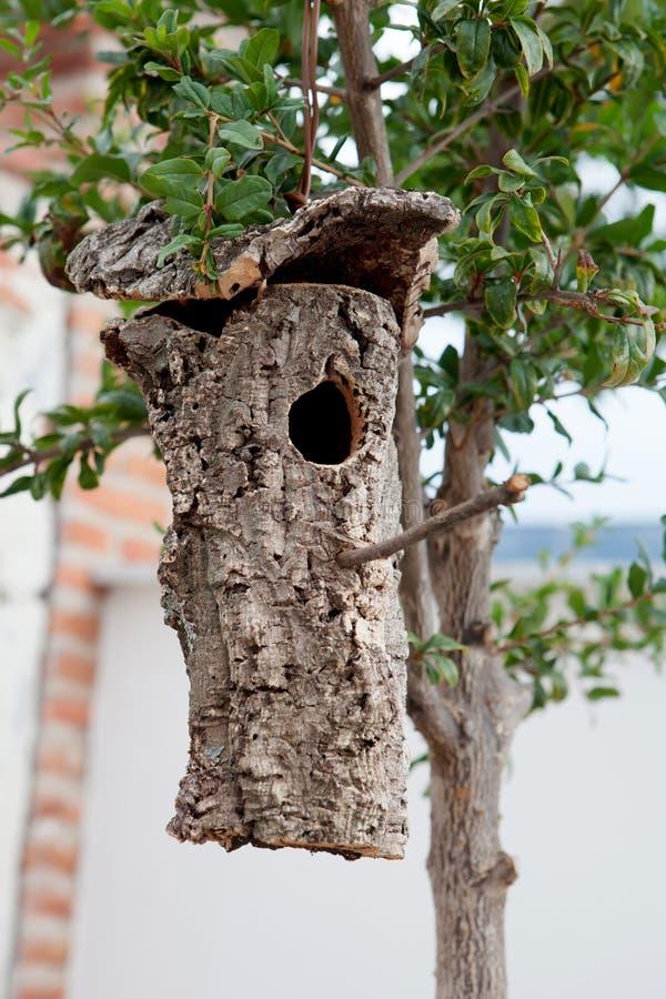 Volière faite à partir de l'écorce d'un arbre accroché image libre de droits