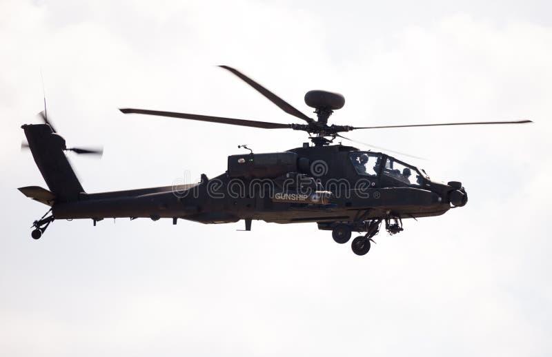 Voli di Boing AH-64 Apache sull'aeroporto immagine stock