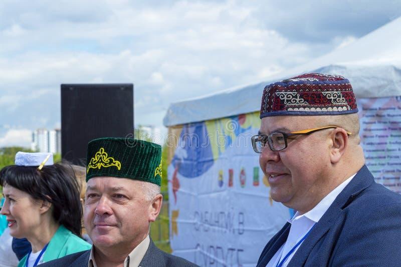 Volkeren in nationale Tatar kleren bij vakantie 'Sabantui ' stock afbeelding
