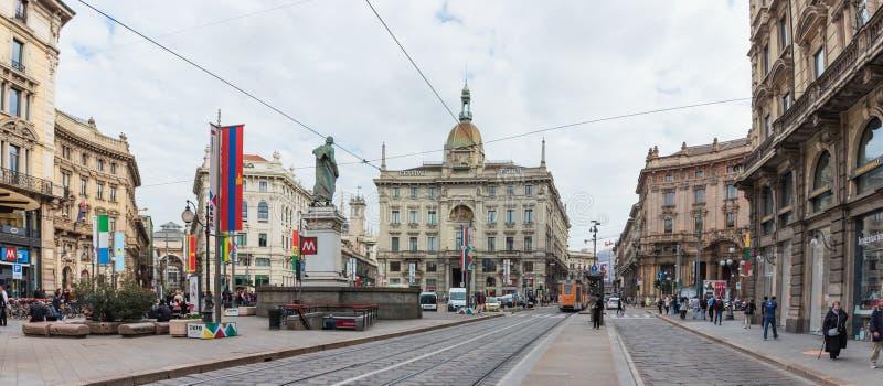Volkeren in verfraaid Dante Avenue en Piazza Cordusio in Milaan stock afbeelding