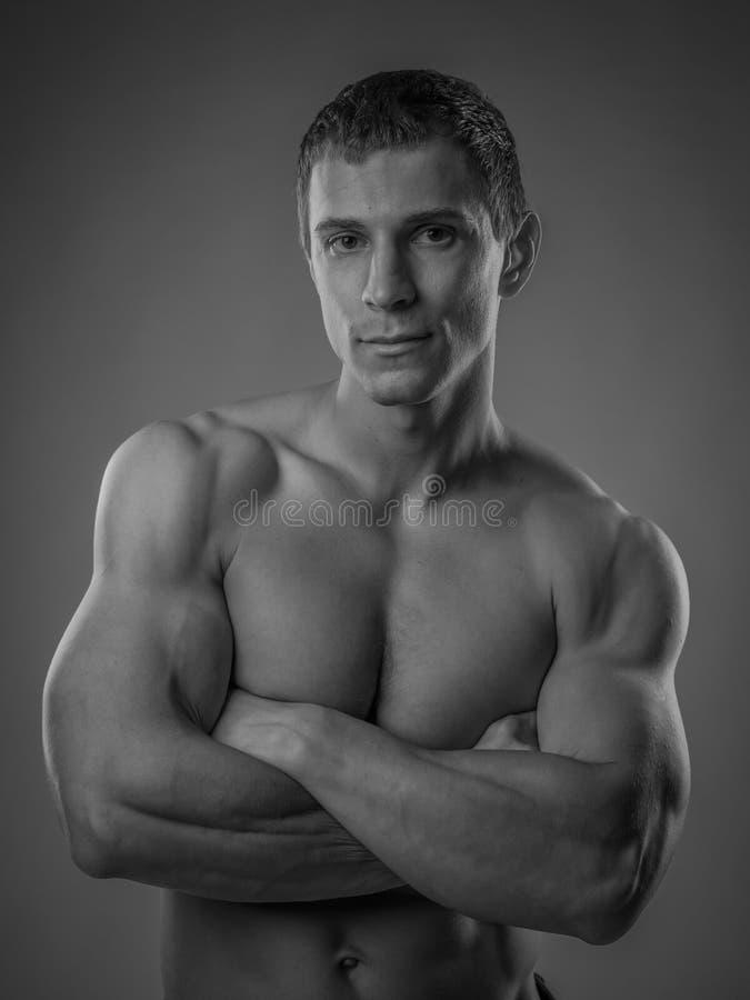 Volkomen geschikte shirtless jonge mens stock foto