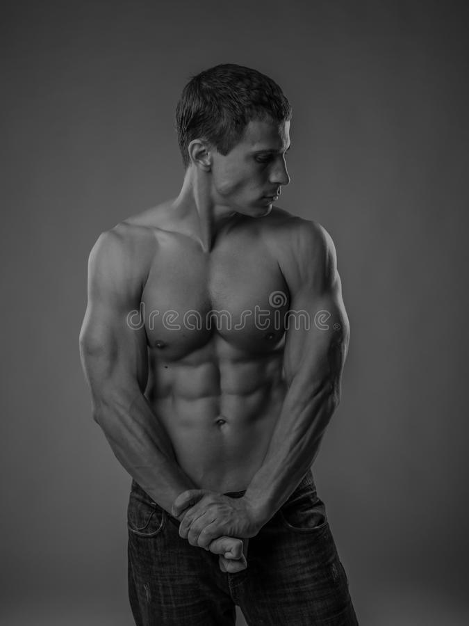Volkomen geschikte shirtless jonge mens royalty-vrije stock foto's