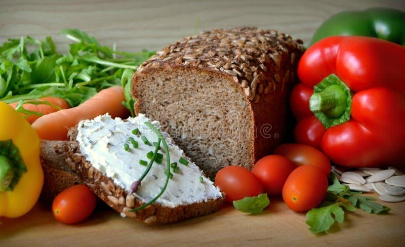 Volkorenbrood met boter en groenten royalty-vrije stock foto's