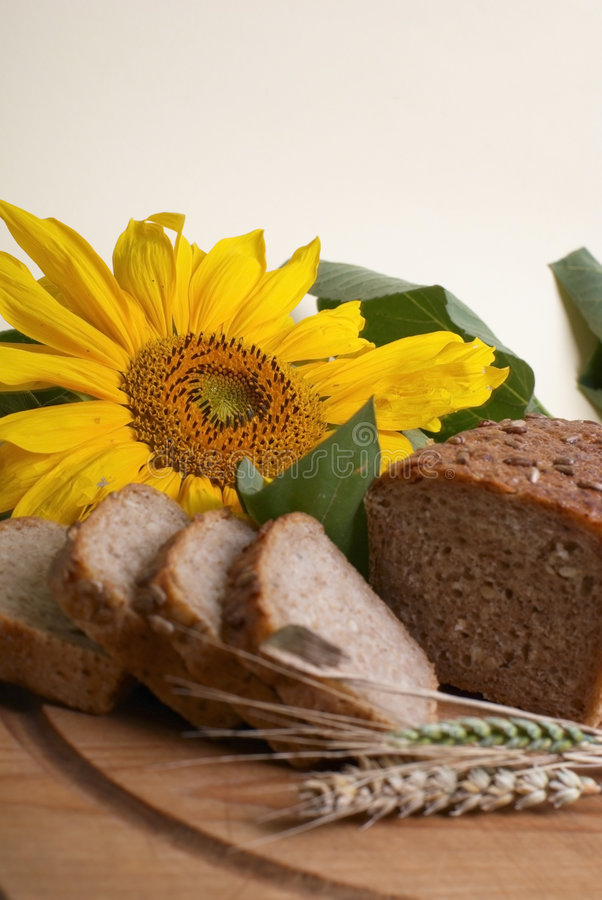 Volkorenbrood met zonnebloem royalty-vrije stock afbeeldingen
