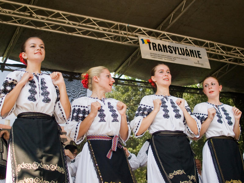 Volks dansers in traditionele kostuums royalty-vrije stock fotografie