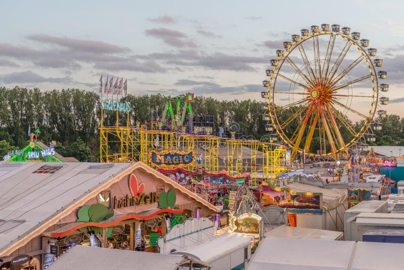 Volksfestival in Regensburg met het joyride van de biertent en ferriswiel stock foto