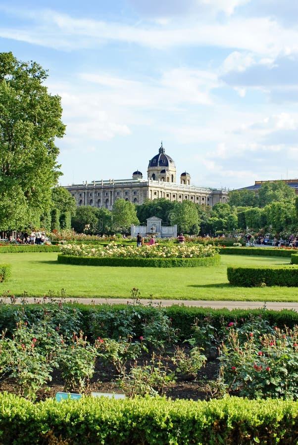 Volksgarten davanti al palazzo di Hofburg a Vienna immagini stock