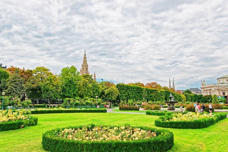 Volksgarten o giardino della gente del palazzo di Hofburg a Vienna immagine stock