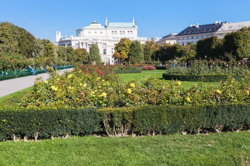 Volksgarten parkerar och Burgtheater byggnad, Wien arkivfoto
