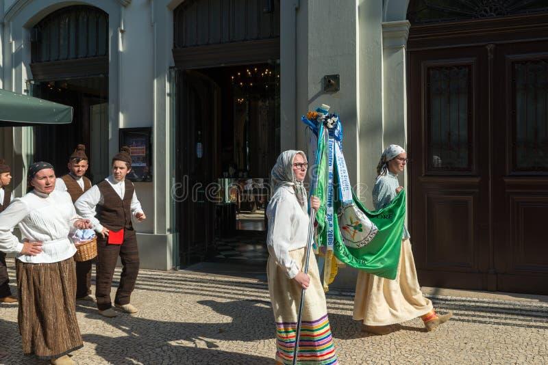 Volksgruppe FUNCHALS, PORTUGAL A kleidete in den typischen Kostümen von Th an stockbild