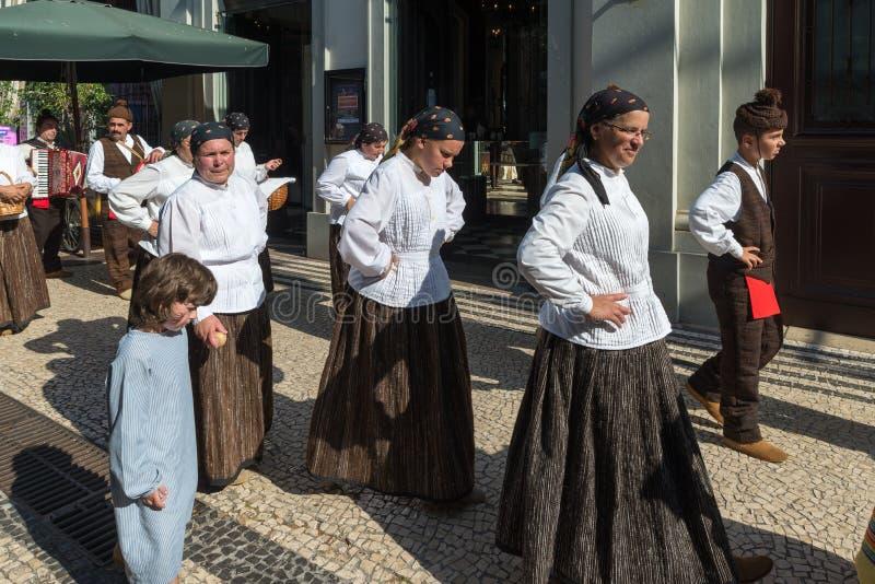 Volksgruppe FUNCHALS, PORTUGAL A kleidete in den typischen Kostümen von Th an stockfotos