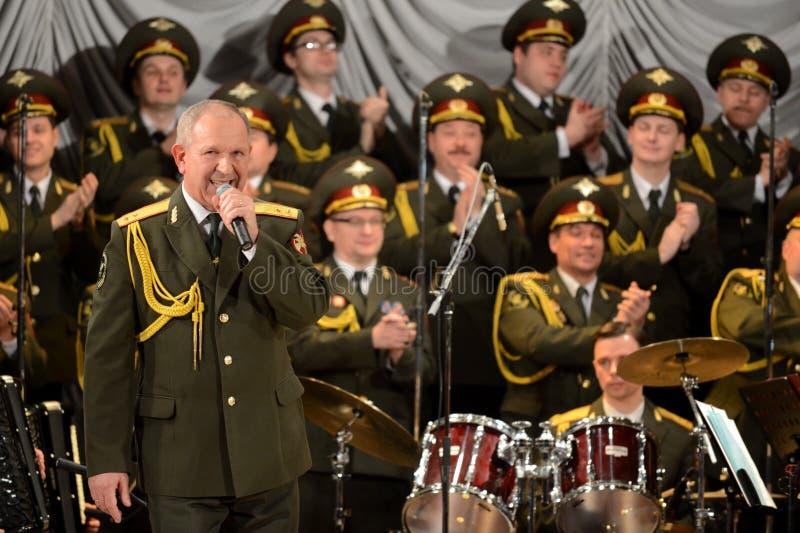 Volkskünstler der Russischen Föderation Grigory Pinyasov spielt auf der Bühne von Sewastopol stockbild