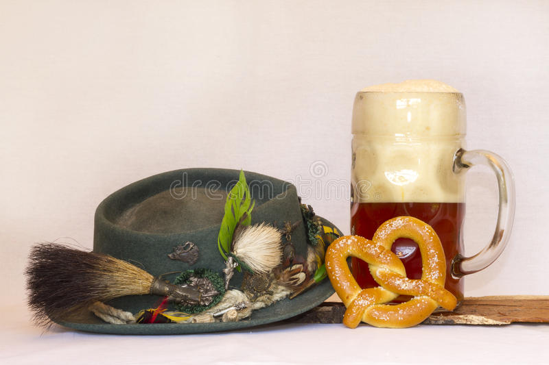 Volksmarch帽子用啤酒斯坦和椒盐脆饼 库存照片