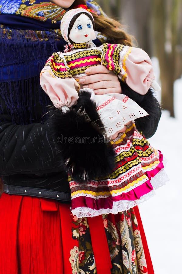 Volkspuppe in den Händen des Mädchens stockfoto