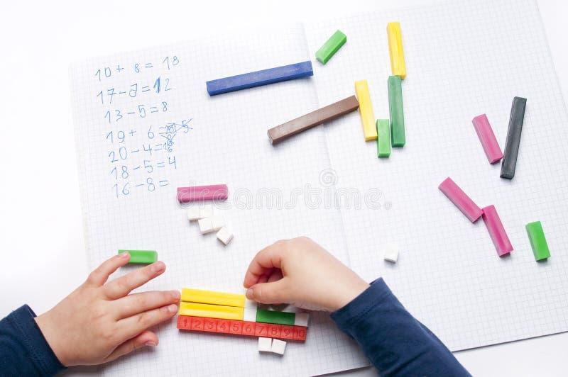 Volksschule: arithmetische Übungen stockfoto