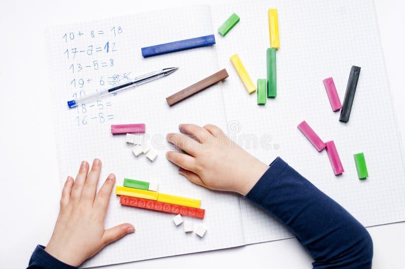 Volksschule: arithmetische Übungen lizenzfreies stockfoto