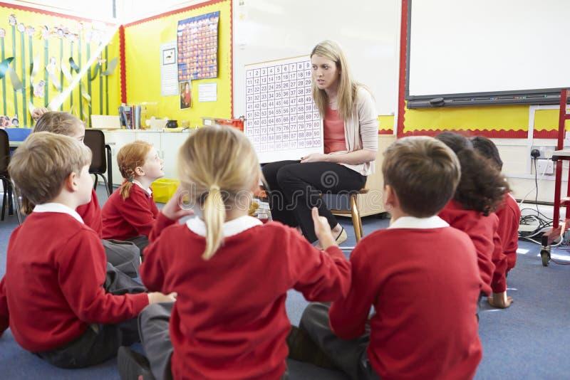 Volksschule-Schüler Lehrer-Teaching Maths Tos lizenzfreies stockfoto