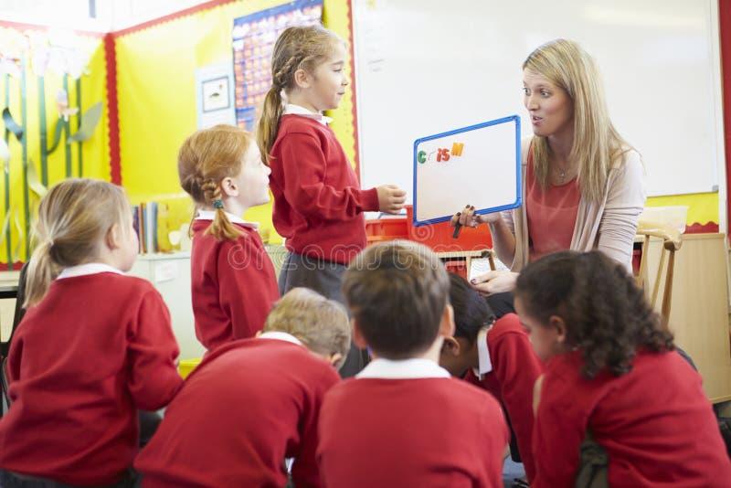 Volksschule-Schüler Lehrer-Teaching Spelling Tos lizenzfreies stockbild