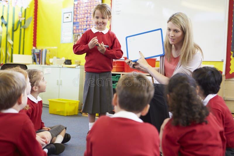 Volksschule-Schüler Lehrer-Teaching Spelling Tos stockbild